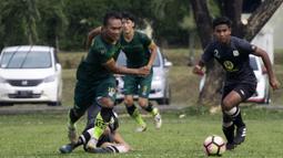Gelandang PS Tira, Wawan Febrianto, mengejar bola saat melawan Barito Putera pada laga persahabatan di Lapangan Bais, Bogor, Kamis (22/2/2018). PS Tira kalah 1-2 dari Barito Putera. (Bola.com/Asprilla Dwi Adha)