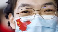 Petugas medis memakai masker untuk mencegah terpapar virus corona COVID-19 di Wuhan, Provinsi Hubei, China, Rabu (8/4/2020). Berdasarkan data Worldmeters per Minggu (12/4/2020), jumlah kasus COVID-19 di China sebanyak 82.052 terinfeksi dan 3.339 meninggal. (AP Photo/Ng Han Guan)