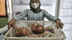 Pekerja memperlihatkan paket cabai rawit dalam Pasar Cabai Murah di Pasar Mitra Tani Klender, Duren Sawit, Jakarta, Rabu (10/3/2021). Di masa pandemi Covid-19 layanan pasar cabai murah ini juga dapat dibeli melalui e-Commece. (merdeka.com/Iqbal S Nugroho)