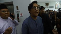 Komedian Andre Taulany bersama KH. Cholil Nafis bersiap memberikan keterangan pers terkait  ucapannya di sebuah stasiun televisi yang dinilai menghina Nabi Muhammad SAW di kantor MUI, Jakarta, Sabtu (4/5/2019). (merdeka.com/Imam Buhori)