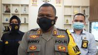 Kapolres Purbalingga, AKBP Fannky Ani Sugiharto, didampingi menyampaikan keterangan pers tentang anak yang dirantai orangtuanya, Senin (15/3/2021). (Foto: Liputan6.com/Polres Purbalingga)