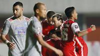 Pemain Persija Jakarta merayakan gol yang dicetak oleh Braif Fatari ke gawang Persib Bandung pada laga Final leg pertama Piala Menpora 2021 di Stadion Maguwoharjo, Sleman, Kamis (22/4/2021). (Bola.com/M Iqbal Ichsan)