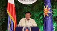 Presiden terpilih Filipina Rodrigo Duterte memberikan pidato usai dilantik di Istana Malacanang di Manila, Filipina, Kamis (30/6). Rodrigo mengatakan akan menerima mandat rakyat itu dengan kerendahan hati. (REUTERS/Erik De Castro)