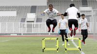 Kiper Timnas Indonesia, Andritany Ardhiyasa, melompat saat sesi latihan di Stadion Madya, Jakarta, Selasa, (18/2/2020). Untuk meningkatkan performa kiper, Shin Tae-yong menambah porsi waktu latihan. (Bola.com/M Iqbal Ichsan)