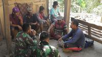 Anggota TNI dan warga berbincang akrab di sela rehabilitasi rumah tak layak huni (RTLH) dalam TMMD Reguler ke-106 di Desa Rahayu, Padureso, Kebumen. (Foto: Liputan6.com/Kodim 0709 Kebumen/Muhamad Ridlo)