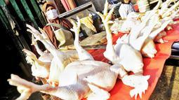 Pedagang menjual daging ayam di Pasar Kebayoran Lama, Jakarta, Rabu (22/4/2020). Harga sejumlah kebutuhan pokok merangkak naik menjelang bulanRamadan 2020, seperti daging ayam naik mencapai Rp31.000 per kilogram dari sebelumnya Rp27.000. (Liputan6.com/Fery Pradolo)