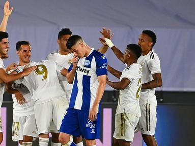 Pemain Real Madrid merayakan gol yang dicetak Marco Asensio ke gawang Alaves pada laga lanjutan La Liga pekan ke-35 di Stadion Alfredo di Stefano, Sabtu (11/7/2020) dini hari WIB. Real Madrid menang 2-0 atas Alaves. (AFP/Gabriel Bouys)