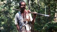 Karena tinggal di tempat yang berbeda, ayah asal India ini rela membuat jalan diatas gunung agar dekat dengan sang anak. (doc: Firstpost)