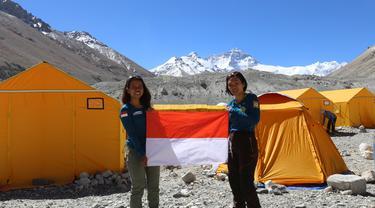 Mathilda dan Fransiska mengibarkan Bendera merah putih di Everest Basecamp. (Dok. Tim Wissemu)