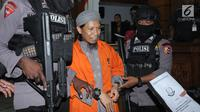 Terdakwa sejumlah kasus tindak pidana terorisme, Aman Abdurrahman digiring petugas usai mengikuti pembacaan tuntutan JPU di PN Jakarta Selatan, Jumat (18/5). Tim jaksa menuntut hukuman mati terhadap Aman Abdurrahman. (Liputan6.com/Helmi Fithriansyah)