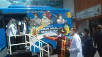 Wali Kota Pekanbaru Firdaus ST mengecek bus yang dikerahkan untuk jemput bola ke rumah warga supaya diberi vaksin Covid-19. (Liputan6.com/Istimewa)