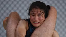 Petarung MMA China Zhang Weili bertarung selama sesi pelatihan di gym di Beijing (7/8/2019). Zhang bisa menjadi juara dunia UFC pertama asal China jika dapat mengalahkan pemegang gelar Jessica Andrade dari Brasil dalam pertarungan kelas berat mereka pada 31 Agustus 2019. (AFP Photo/Greg Baker)