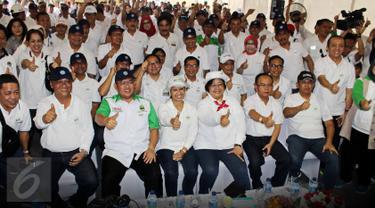 Menteri BUMN Rini Soemarno (Tengah) bersama Menteri LHK Siti Nurbaya (Kanan), Gubernur Jawa Barat Ahmad Heryawan (Kiri) berfoto dengan peserta dari jajaran direktur utama BUMN dan pejabat kementerian terkait Cikampek, Sabtu (26/03). (Biro Humas KLHK/tbz)