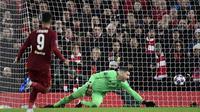 Kiper Liverpool, Adrian, saat kebobolan gol pertama Atletico Madrid lewat Marcos Llorente dalam leg kedua 16 besar Liga Champions 2019-2020 di Anfield (12/3/2020). (AFP/Javier Soriano)