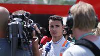 Pebalap Manor Racing, Pascal Wehrlein, saat diwawancarai wartawan di F1 GP Spanyol, Sabtu (14/5/2016). (Bola.com/Reza Khomaini)