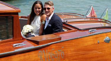 Pemain Timnas Jerman dan Manchester United,Bastian Schweinsteiger menaiki perahu bersama kekasihnya petenis Serbia Ana Ivanovic menikah di Venice , Italia , (12/7). Bastian Schweinsteiger menikah dengan petenis cantik tersebut. (REUTERS / Stringer)