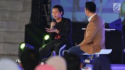 Creativepreneur  yang juga aktor Bayu Skak (kiri) saat menjadi pembicara dalam Emtek Goes To Campus (EGTC) 2018 di Universitas Muhammadiyah Malang (UMM), Rabu (26/9). Bayu memberikan tips dan trik tentang akting. (Liputan6.com/JohanTallo)
