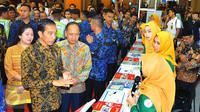 Presiden Joko Widodo berbincang dengan penjaga stan di pameran 26th Education and Training Expo 2017, di Jakarta, Kamis (2/2). Pameran ini  belangsung hingga tanggal 5 Februari. (Liputan6.com/Angga Yuniar)