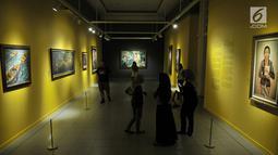 Pengunjung melihat sejumlah lukisan koleksi Istana Kepresidenan yang dipamerkan di Galeri Nasional, Jakarta, Senin (6/8). Pameran menampilkan 45 lukisan, patung, dan seni kriya dari 34 seniman Indonesia dan mancanegara. (Merdeka.com/Iqbal Nugroho)