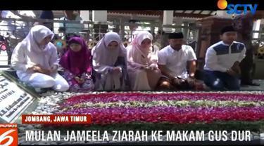 Bersama dua anaknya Shafeeya Ahmad dan Tyarani Nugraha, pelantun lagu wonder woman ini dengan khusuk berdoa di pusara makam Gus Dur.