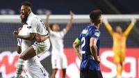 Pemain Paris Saint-Germain (PSG), Neymar dan Maxim Choupo-Moting, melakukan selebrasi usai membobol gawang Atalanta pada laga perempat final Liga Champions di Stadion Da Luz, Rabu (12/8/2020). PSG menang 2-1 atas Atalanta. (David Ramos/Pool,via AP)