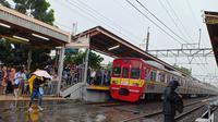 Perjalanan kereta api commuter line terganggu di Stasiun Tanjung Barat. (Liputan6.com/Mevi Linawati)