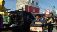 Warga Kota Palu yang beramai-ramai menjarah minimarket, mencari persediaan makanan, Minggu (30/9/2018). (Liputan6.com/Ahmad Akbar Fua)