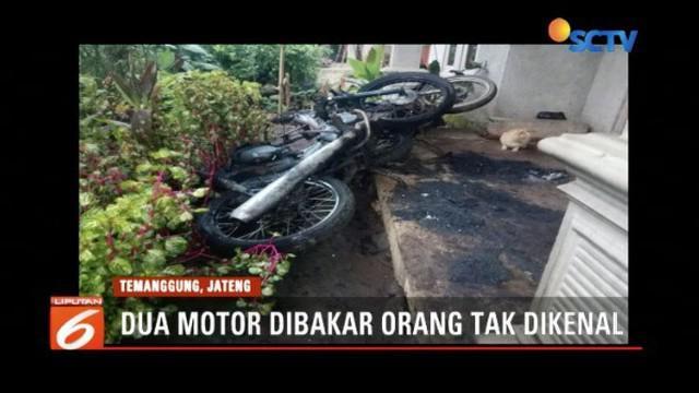 Teror bakar kendaraan kembali terjadi di wilayah Jawa Tengah. Dua motor warga yang terparkir di teras rumah di Temanggung, dibakar orang tak dikenal.