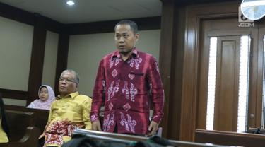 Terdakwa perantara suap pembangunan RSUD Damanhuri, Barabai, TA 2017, Abdul Basit jelang sidang putusan di Pengadilan Tipikor, Jakarta, Senin (13/8). Abdul Basit dijatuhi hukuman 4 tahun penjara, denda Rp 200 juta. (Liputan6.com/Helmi Fithriansyah)