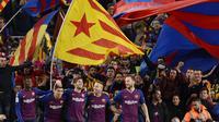 Para pemain Barcelona merayakan gol yang dicetak Luis Suarez ke gawang Real Madrid pada laga La Liga Spanyol di Stadion Camp Nou, Barcelona, Minggu (28/10). Barcelona menang 5-1 atas Madrid. (AFP/Josep Lago)