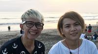 Evelyn mengucapkan terima kasih pada Aming yang telah menjenguk dan memberikan oleh-oleh usai liburan. Evelyn gemas ketika melihat model rambut baru Aming. (Instagram/ev0124)