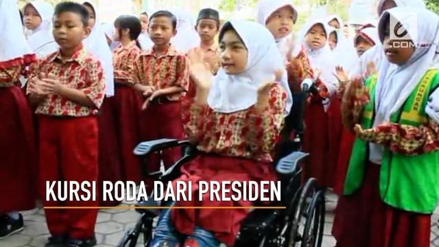 Impian Bulan Karunia untuk memiliki kursi roda terwujud, Presiden Joko Widodo mengirimkan sebuah kursi roda untuknya.