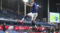 Pemain Everton Richarlison merayakan golnya ke gawang Southampton dalam lanjutan Liga Inggris di Goodison Park, Selasa (2/3/2021) dini hari WIB. (Peter Byrne/Pool via AP)