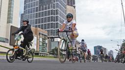 Sejumlah pesepeda melintas di salah satu ruas Jalan Sudirman-Thamrin, Jakarta, Minggu (3/1/2021). Tren bersepeda sepertinya belum pudar di awal tahun 2021. (Liputan6.com/Herman Zakharia)