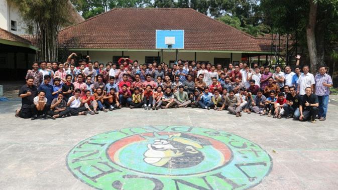 Para siswa dan staf Seminari Menengah St Vincentius A Paulo serta trainer dari Paguyuban Gembala Utama  (PGU) berpose bersama usai pelatihan di Seminari Garum, Blitar, Jawa Timur, Sabtu (29/9/2018).