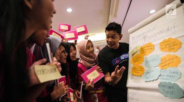 Pengajar memberi pelatihan dasar kepemimpinan calon menteri cilik di Jakarta, Senin (9/10). Sebanyak 21 calon menteri cilik dari 12 provinsi mengikuti pelatihan dasar kepemimpinan yang diselenggarakan oleh Plan International. (Liputan6.com/Faizal Fanani)
