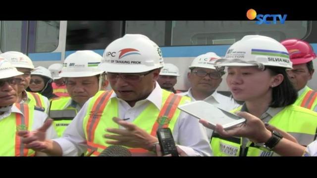 Menteri Perhubungan Budi Karya Sumadi, didampingi Direktur Konstruksi PT MRT Jakarta Silvia Halim, mengecek kondisi gerbong MRT asal Jepang, yang tiba sejak Rabu (4/4) lalu.