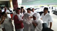 Dewan Pengarah JKSN melayani ustazah dan nyai serta mengajak mereka mendukung Jokowi-Ma'ruf Amin. (foto: Liputan6.com / edhie prayitno ige)