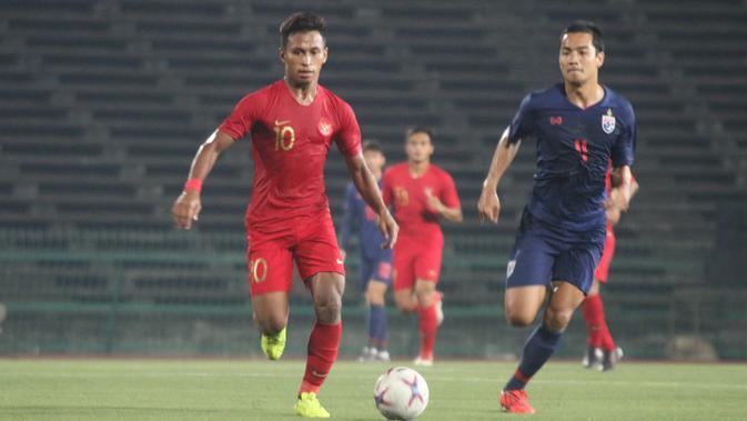 Gelandang Timnas Indonesia, Osvaldo Haay, menggiring bola saat melawan Thailand pada laga Piala AFF U-22 2019 di Stadion National Olympic, Phnom Penh, Selasa (26/2). Indonesia menang 2-1 atas Thailand. (Bola.com/Zulfirdaus Harahap)