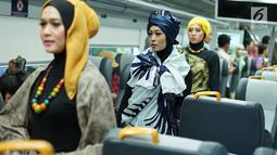 Model mengenakan kain batik dan tenun di kereta api bandara, Jakarta, Kamis (2/5/2019). Busana-busana yang diperagakan merupakan karya para mustahik atau orang maupun badan yang berhak menerima zakat atau infak/sedekah. (Liputan6.com/Immanuel Antonius)