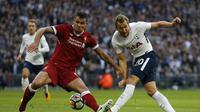 Bek Liverpool, Dejan Lovren (kiri), berjibaku dengan striker Tottenham Hotspur, Harry Kane pada lanjutan Liga Inggris di Wembley, Minggu (22/10/2017). (AFP/Ian Kington)