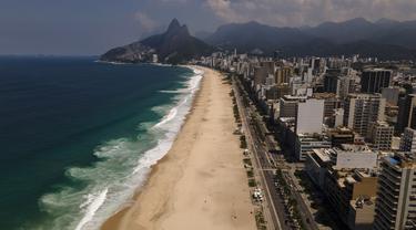 Pantai Copacabana sepi pengunjung saat ditutup karena diberlakukannya kembali pembatasan pandemi COVID-19 di Rio de Janeiro, Brasil, Sabtu (20/3/2021). Rio de Janeiro menutup pantai-pantainya yang terkenal pada hari Jumat (19/3) untuk menekan angka kasus virus corona. (AP Photo/Lucas Dumphreys)