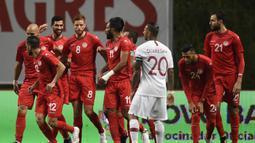 Pada laga ujicoba menjelang Piala Dunia 2018 antara Tunisia melawan Portugal di Municipal Stadium, Braga, Portugal (30/6/2014) momen unik dilakukan para pemain Tunisia untuk menyegerakan berbuka puasa. (AFP/Miguel Riopa)