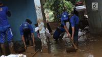Petugas Sudin LH membersihkan lumpur sisa banjir di salah satu rumah warga di kawasan Rawajati, Jakarta, Sabtu (27/4). Banjir akibat luapan air sungai Ciliwung sempat melanda kawasan ini pada Jumat (26/4).(Www.sulawesita.com)