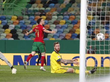 Pemain Portugal Diogo Jota melakukan selebrasi usai mencetak gol ke gawang Swedia pada pertandingan UEFA Nations League di Stadion Jose Alvalade, Lisbon, Portugal, Rabu (14/10/2020). Portugal menang 3-0. (AP Photo/Armando Franca)