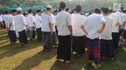 Santri Kota Tangerang Selatan mengikuti apel untuk memperingati Hari Santri Nasional di lapangan Pesantren AL-Amanah AL-Gontroy, Pondok Aren, Senin (22/10). Hari Santri Nasional diperingati setiap tanggal 22 Oktober. (Merdeka.com/Arie Basuki)