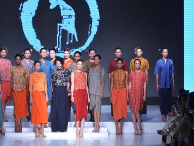 "Oscar Lawalata (tengah) bersama model yang mengenakan gaun rancangannya di Jakarta Fashion and Food Festival 2015, Jakarta, Senin (25/5/2015). Koleksi terbaru dari Oscar terdiri dari 40 karya dengan tema ""MY NAME IS ASIA"".  (Liputan6.com/Herman Zakharia)"