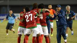 Tampak pelatih Timnas, Rahmad Darmawan menghampiri anak didiknya untuk bergabung merayakan kemenangan (ANTARA FOTO/Prasetyo Utomo)