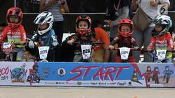 Pembalap balita bersiap mengikuti kejuaraan sepeda kategori Push Bike dalam BMX Bearco Fest 2019 di Jakarta International BMX Track, Minggu (25/8/2019). Kejuaraan yang pesertanya menggunakan sepeda keseimbangan tersebut diikuti anak kategori 2-5 tahun. (merdeka.com/Iqbal Nugroho)