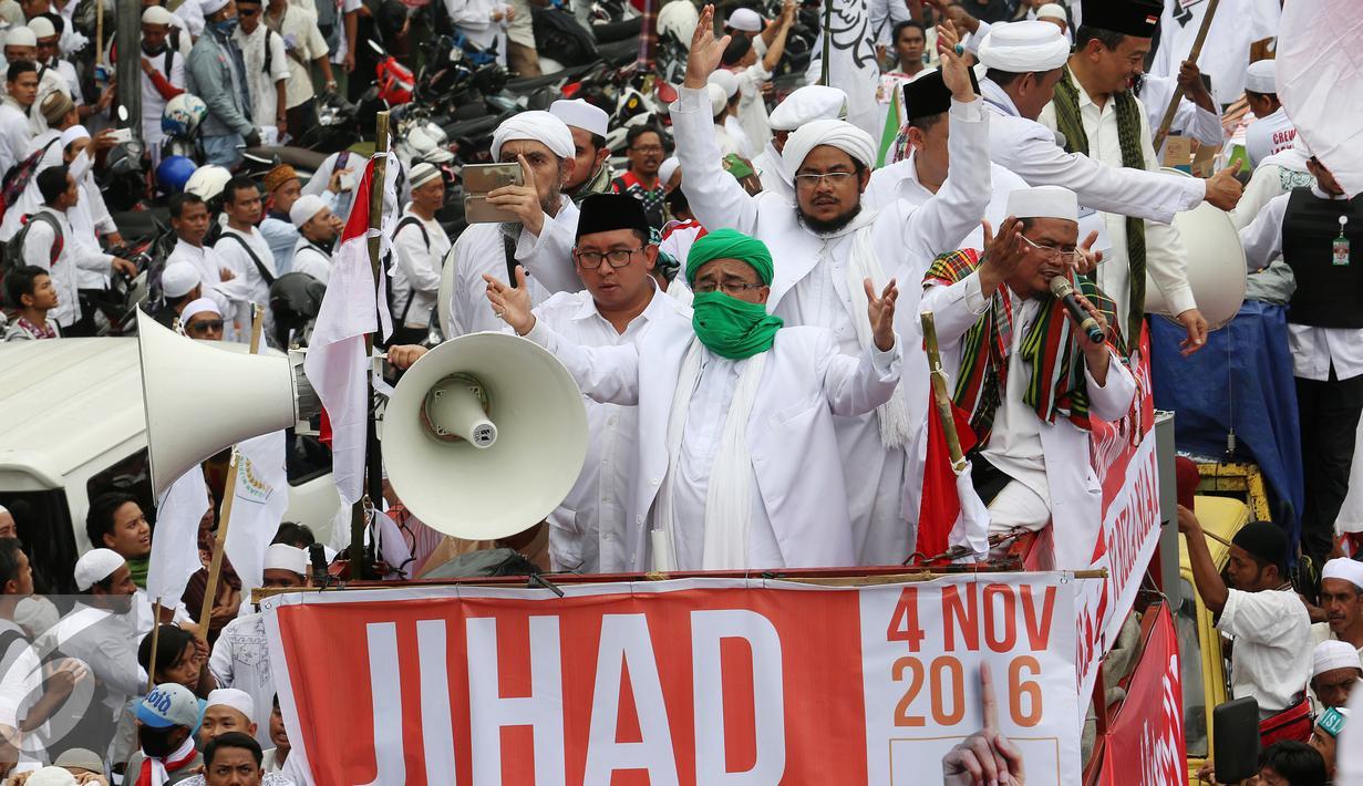 Habib Rizieq Shihab bersama Fadli Zon diatas mobil diantara ribuan massa yang tergabung dalam GNPF MUI melakukan demonstrasi memadati jalan Medan Merdeka Timur, Jakarta, Jumat (4/11). (Liputan6.com/Johan Tallo)